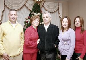 <b>09 de enero de 2005</b> <p> Señores Jorge Ernesto Martínez y Lupita de Martínez en compañía de sus hijos Alfredo, Luly y Claudia, captados en pasado convivio.