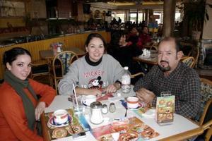 <b>12 de enero de 2005</b> <p> Tere Becerra, Liliana Becerra y Salvador Becerra.