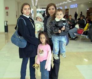 Marisol Martínez viajó a Villa Hermosa Tabasco y lo despidieron Flor Martínez, Carolina, Jesús y Casandra Villarreal.