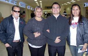 Francisco Jiménez viajó a Hermosillo y fue despedido por Gloria Jiménez, María de Santiago y Francisco Jiménez.