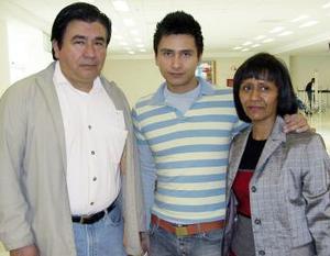 <b>12 de Enero de 2005</b> <p> Zeus Sosa viajó a Inglaterra y lo despidiero Ricardo y Mary Sosa.