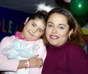 Ana Cristina García Fierro y su mamá Bertha Alicia Franco, en el festejo que le organizaron por su cumpleaños.