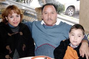 Ana García de Ramírez, José Francisco Ramírez y Bryan Ramírez García.