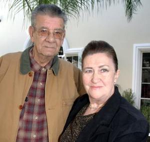 <b>10 de enero de 2005</b> <p> Sr. Francisco Gutierrez Hidalgo con su esposa Maria del Carmen de Gutierrez, el dia que cumplio 80 años de vida
