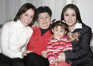María Alicia Cervantes de García con sus nietas Mariana, Cecy y María Jannette.