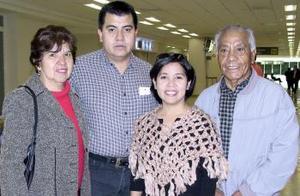 Idalia Cázares viajó a Tijuana y fue despedida por  José Ángel Cázarez, Aurora Frausto  y Ángel Cázarez.