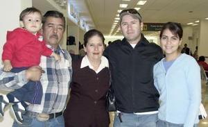 <b>13 de Enero de 2005</b> <p> Tino Frutos viajo a San Diego y fue despedido por  la  familia  Segovia  Sánchez.
