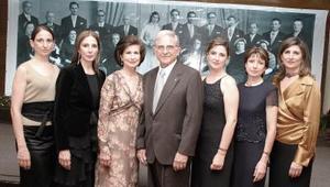 Alberto González Domene y Rosario Lamberta de González celebran junto a sus  hijas  sus Bodas de Oro