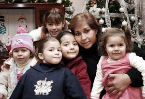 Cristina Ruiz con sus nietas Sofía, Karla, Jimena, Cecy y Cristy, en una reunión de fin de año.