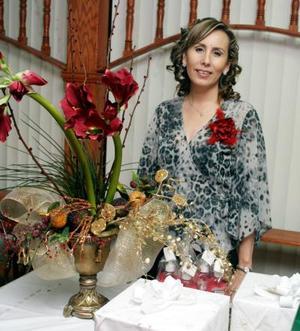 <b>15 de enero de 2005</b> <p> Sandra Gonzalez Iturriaga, captada en la despedida que le ofrecieron un grupo de amigas.