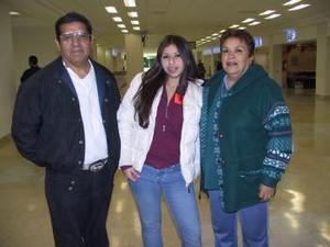 Diana Espino viajó a SDan Diego y fue despedida por María Luisa Medina y Fernando Díaz.