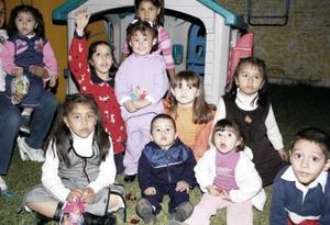 La pequeña María Janette durante su piñata, acompañada por familiares y amiguitos.