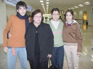 María  Luisa  González  y Manuel  Duarte  viajaron a TIjuana  y fueron despedidos  por Lorena  Martínez y Lorena Rodríguez.