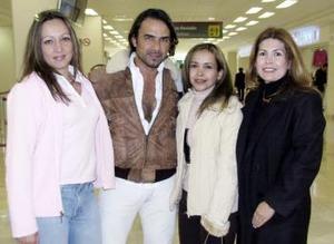 Cutberto Vázquez Castillo llegó de la Ciudad de México y fue recibido por Paty Rodríguez, Ángeles del Río y Maru Pasquel.