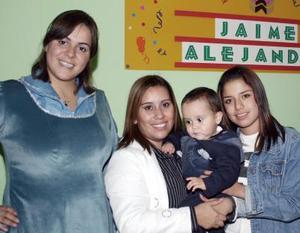 El pequeño Jaime Alejandro Piña  Velázquez en compañía de su familia, en el convivio que le organizaron  para festejarlo por su primer cumpleaños.