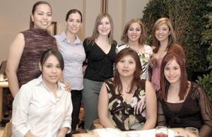 Dalia Rodríguez de Méndez, acompañada  por algunas invitadas a la fiesta de canastlla que le organizaron con motivo del cercano nacimiento de su primer bebé.