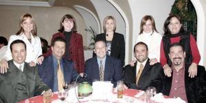 Javier Martínez y Bety Nieto de Martínez, Luis Urteaga, Javier González y Mayra de González, Guillermo Diez y Pily de Diez, Victor Alocin  y Cecy de Alocin, captados en un amena convivencia social.