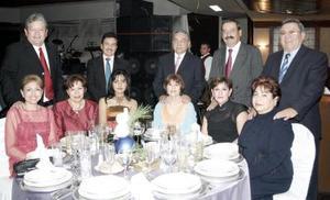 <b>16 de enero de 2005</b> <p> Un grupo de amigos captados en reciente acontecimiento social.