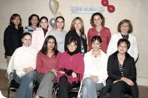 Adalcinda Duarte de Cassani acompañada por un grupo de familiares y amigos en la fiesta de regalos que le ofrecieron en honor del bebé que espera.