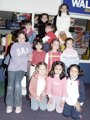 Daniela Aguilera López, acompañada de un grupo de amigos el día de su cumpleaños.