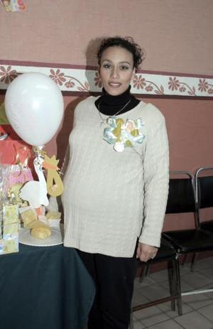 <b>16 de enero de 2005</b> <p> Silvia Cecilia Castañeda de Vázquez,  recibio sinceras felicitaciones, en la fiesta de regalos que le preparó su mamá.