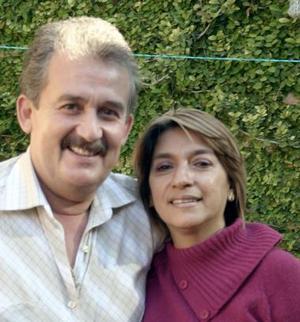 Luz Carmen de Castellanos  acompañada por su esposo, Rodolfo Castellanos, el día que festejó su cumpleaños..