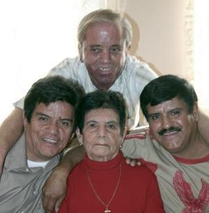 María Colunga Vda. de González celebró  recientemente 80 años  de vida, en compañia de sus  hijos  José , Jesús y Gustavo y demás familiares.