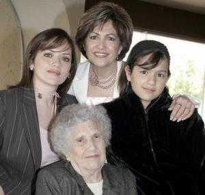 María de Jesús, Alicia Esquivel de Caárdenas, Yadira de González y Daniela de González, forman cuatro generaciones de  estimable familia lagunera