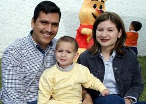 <b>19 de enero de 2005</b> <p> El pequeño Diego Plascencia Fernández en compañía de sus papás, Mitzky Plascencia y Laura Fernández