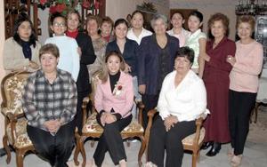 Jovana Vanessa Zamora González en compañía de un grupo de familiares y amistades, en  la despedida de soltera que le ofrecieron  por su cercano matrimonio.