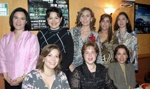 <b>21 de enero de 2005</b> <p> Sandra González Iturriaga en compañía  de algunas invitadas a su despedida de soltera, que le ofrecieron por su cercano enlace nupcial con Andrés Nieto Gómez.