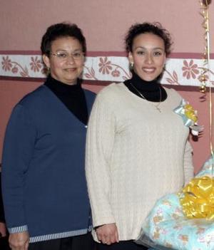<b> 21 de enero de 2005</b> <p> Silvia Cecilia Castañeda de Vázquez en compañía  de su mamá  Silvia Saracho  de Castañeda, en  la fiesta  de regalos que le ofrecieron en honor  del bébe que espera.