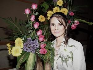 <b>21 de enero de 2005</b> <p> María del Carmen Martínez Morales disfrutó de una primera despedida de soltera  que le ofrecieron su mamá  Lupita de Martínez y su futura suegra Dora Alicia de Valdés.