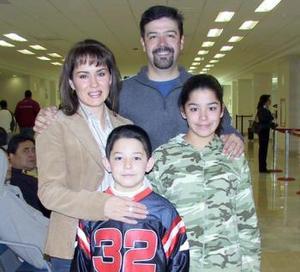 Claudia Araujo viajó al DF y fue despedida por Marcelino Guevara, Marcelino y Mariana.