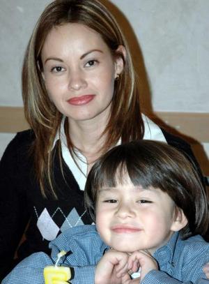 Claudia Torres con su hijito Felipe Cortez Torres, el día que lo festejo con motivo de  sus cinco años de vida.