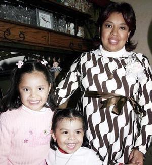 Cristina Salazar de Gallegos en compañìa de sus hijas Mónica y Valeria Gallegos, en la fietsa de canastilla  que se le ofreció en días pasados.
