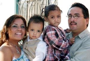 Francisco Javier Luna Herrera y Yessenia González Luna con sus hijos René Armando y Leslie Yessenia