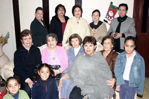 Martha Elba Castaños de Gutíerrez en compañía de un grupo de amistades, en la fiesta que le ofrecieron  con motivo de su cumpleaños.