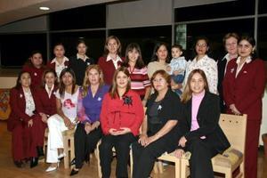 <b>23 de enero de 2005</b> <p> Magdalena de Flores acompañada por un grupo de amigas y familiares, en la fiesta de canastilla que le ofrecieron por el próximo nacimiento de su bebé