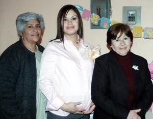 Claudia Rodríguez de Reyes em compañía de su mamá  Rosa Velia Gómez de Rodríguez y su suegra  Hortencia Díaz de Reyes, quienes le prepararon  una fiesta de canastilla  en honor al bebé que espera.