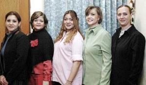 Carla Ochoa de Camacho  sus amigas le ofrecieron una fiesta de canastilla por el próximo nacimiento de su bebé.