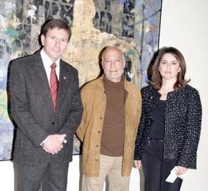 Carlos González, Cónsul H. de España en La Laguna junto al autor Luis Granda y Lucy Cuesta