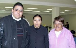 <b>24 de enero de 2005</b> <p> Omar Mata viajó a los Ángeles y fue despedido por Graciela García y Guadalupe  Anguiano.