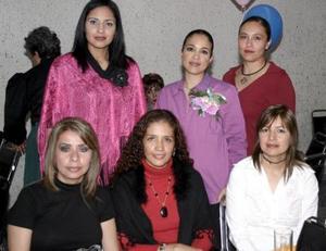 Marlen Silva de Ceniceros en compañía de Mary de Silva, Lizbeth Silva, Sol Silva, dulce Silva y Elena Kantún de Silva, en la fiesta de regalos  que le ofrecieron por el cercano nacimiento de su bebé.