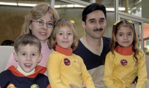 <b>25 de enero de 2005</b> <p> Antonio de la Rosa y Amelia Martínez de la Rosa con sus hijos Amelia, Antonio y Adriana , en  reciente convivio.