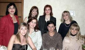 <b>25 de enero de 2005</b> <p> Magdalena de Abularach, Scarlett de Franco, Maribe de Castillo, Yumana de Corcuera, Sara de Algara, Eloísa de González, Ale de Fernández y Celina fernández Elósegui,  grupo de amigas en pasada reunión.