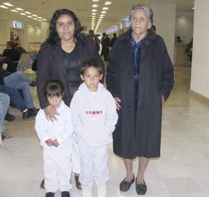 Ignacio Escobar y Eulalia Torres viajarona a Tijuana y fueron despedidos por sus nietos.