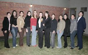 Cecilia Garza Baca recibió felicitaciones por su próximo enlace matrimonial y le ofrecieron una agradable fiesta.