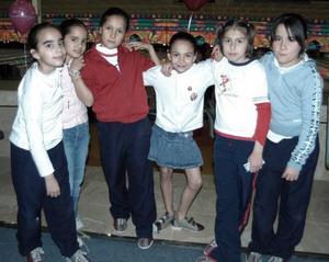 La pequeña Paola Venegas Habib acompañada de sus amigas Vanessa, Diana, Luisa, Andrea y Ana Paula, el día que celebró su cumpleaños