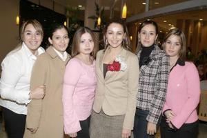<b>26 de enero de 2005</b> <p> Tania Magdalena Hernández Rodríguez en compañía de un grupo de amigos, en el festejo pre nupcial que le ofrecieron recientemente